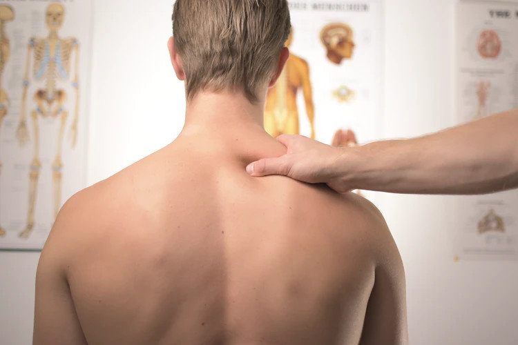 7 упражнений от боли в спине и шее за рабочим столом