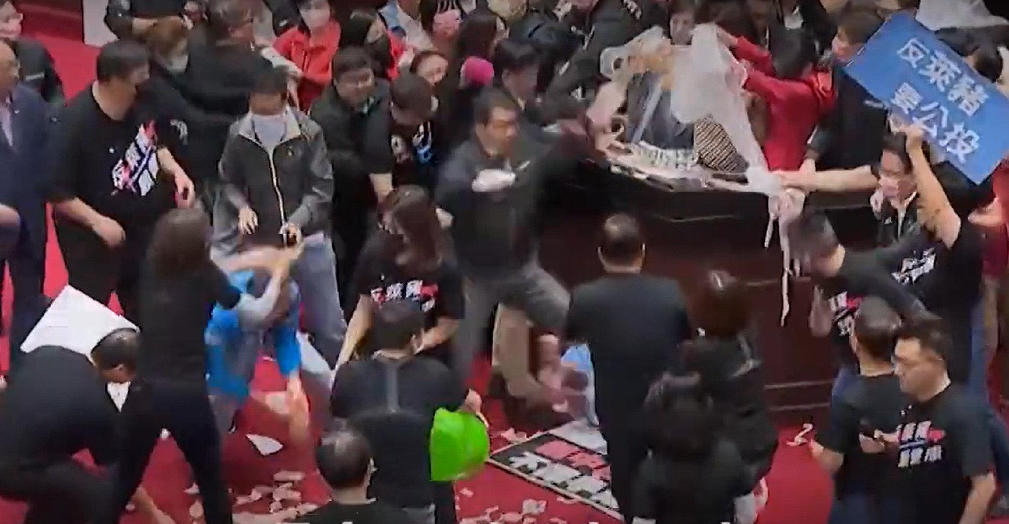 В парламенте Тайваня премьера забросали требухой