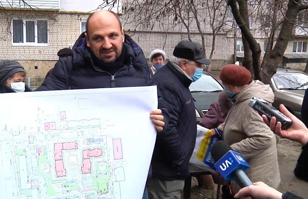 Экс-нардеп ведет застройку между жилыми домами