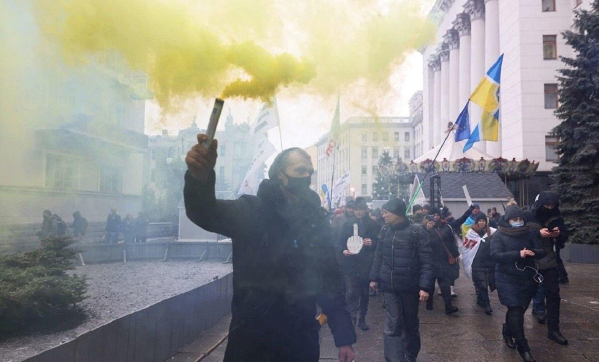 В Киеве митингующие пришли под ОП и зажгли фаеры