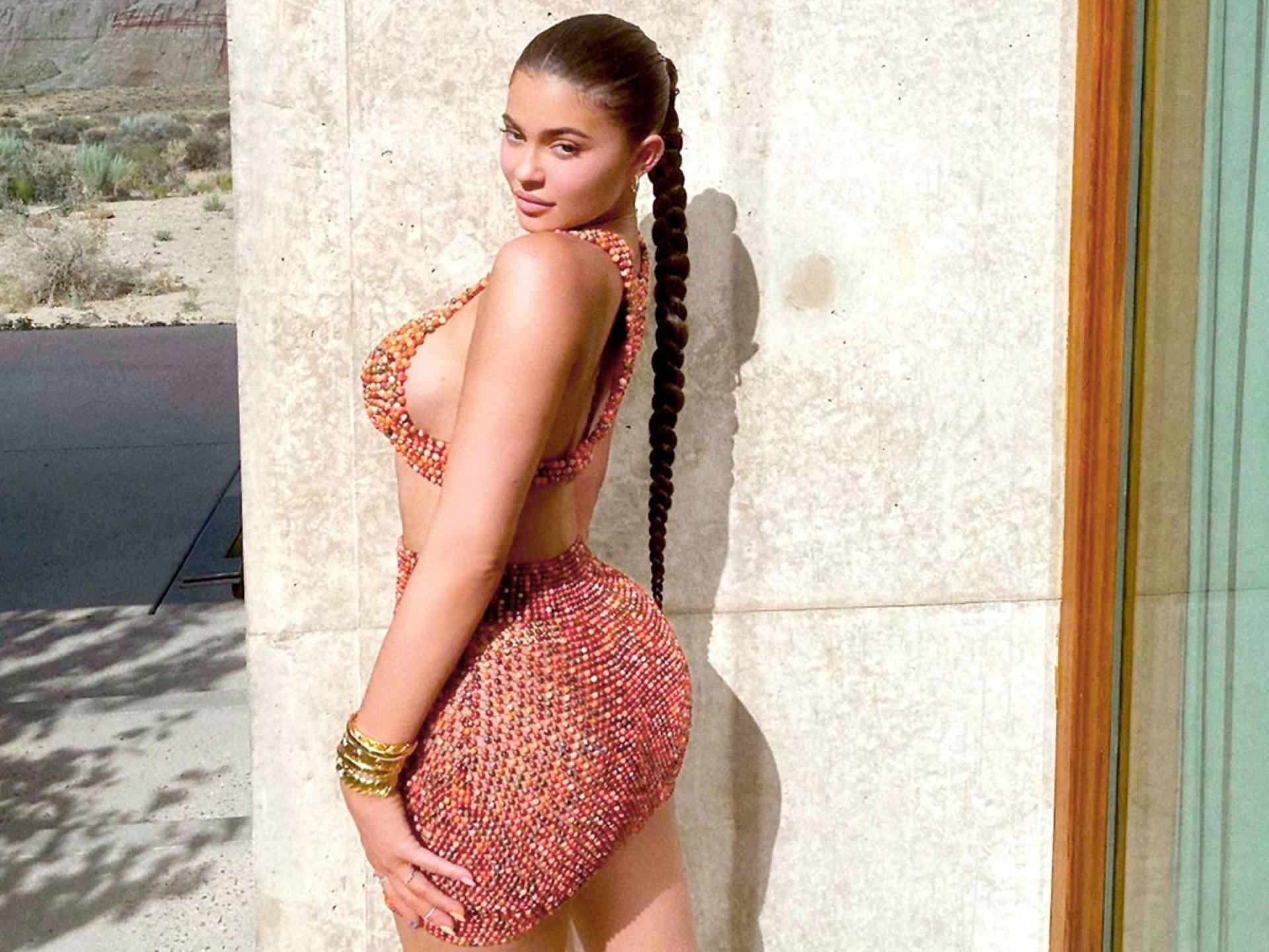 Пышная грудь Кайли Дженнер не уместилась в платье