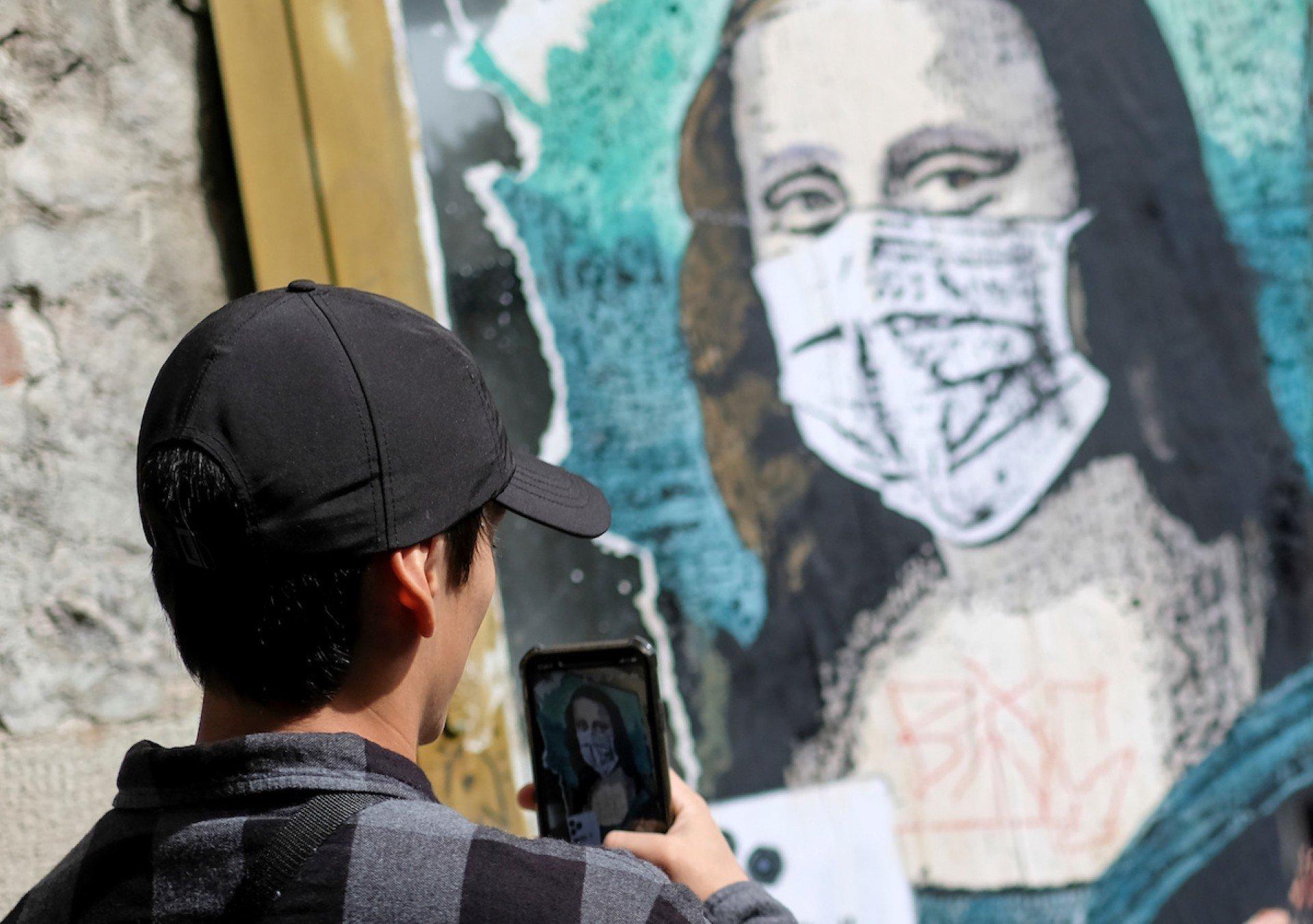 Ковидные маски на старых портретах взорвали Instagram