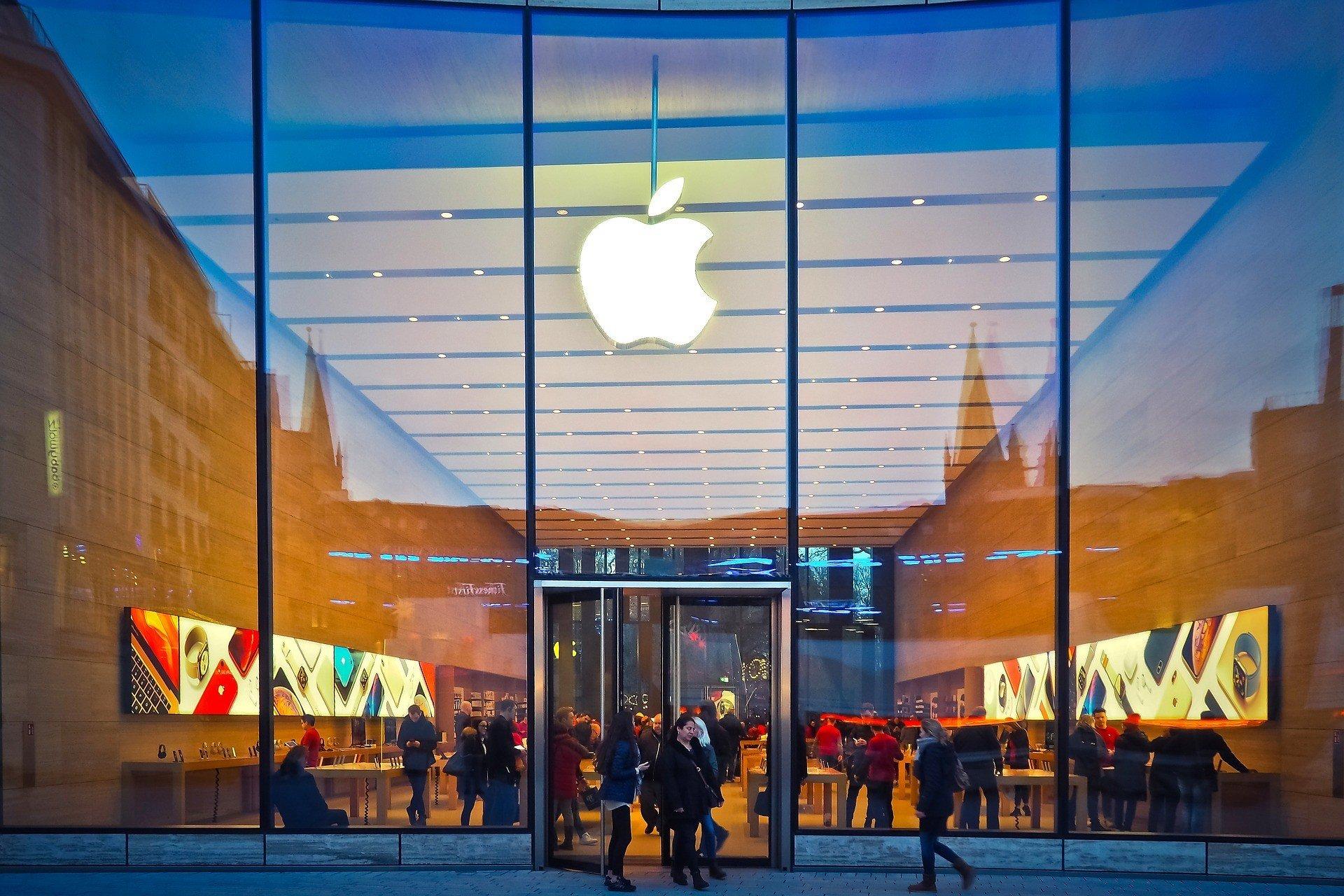Apple закрывает сотню магазинов