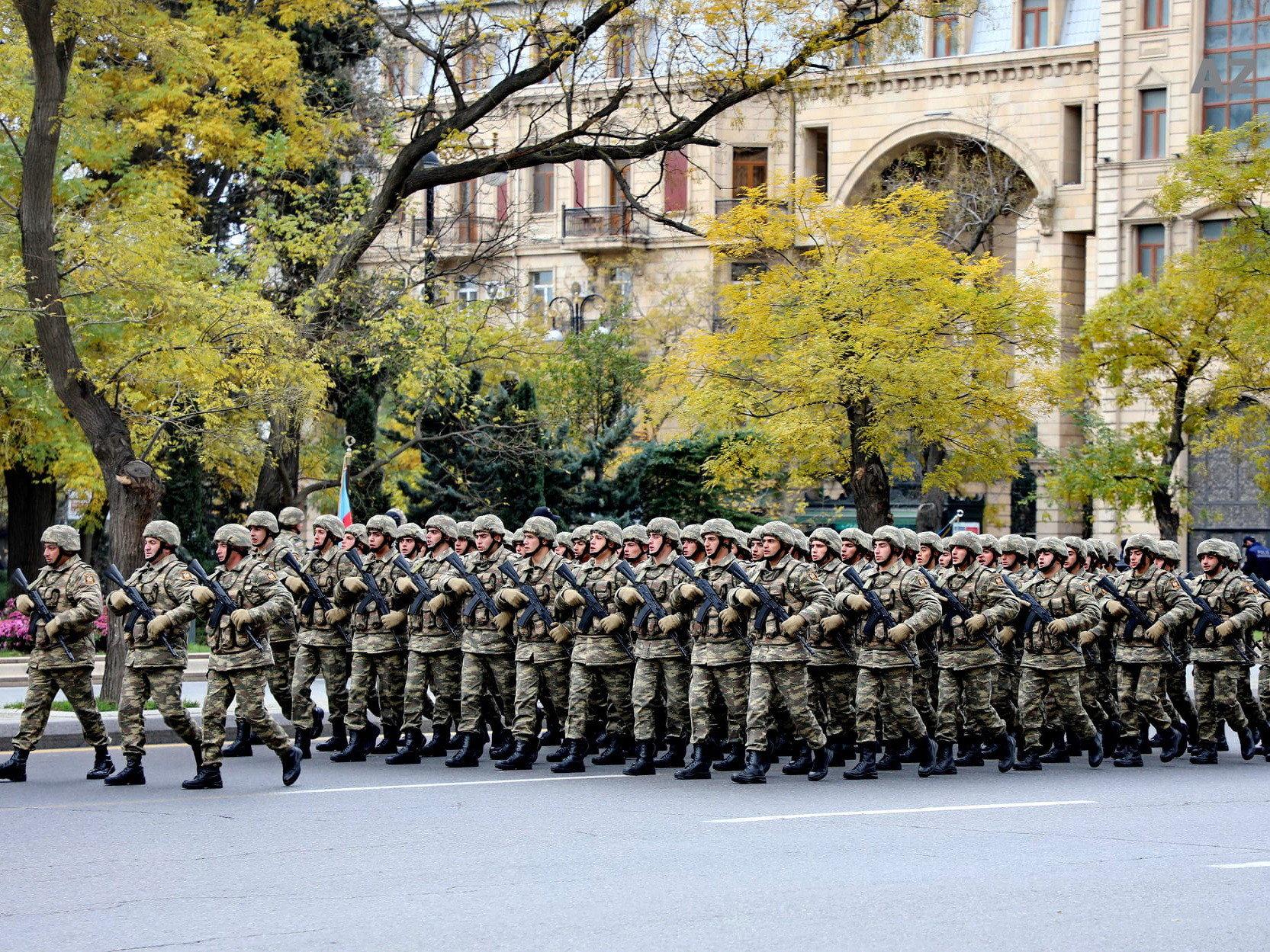 В Баку тысячи военных участвуют в параде победы
