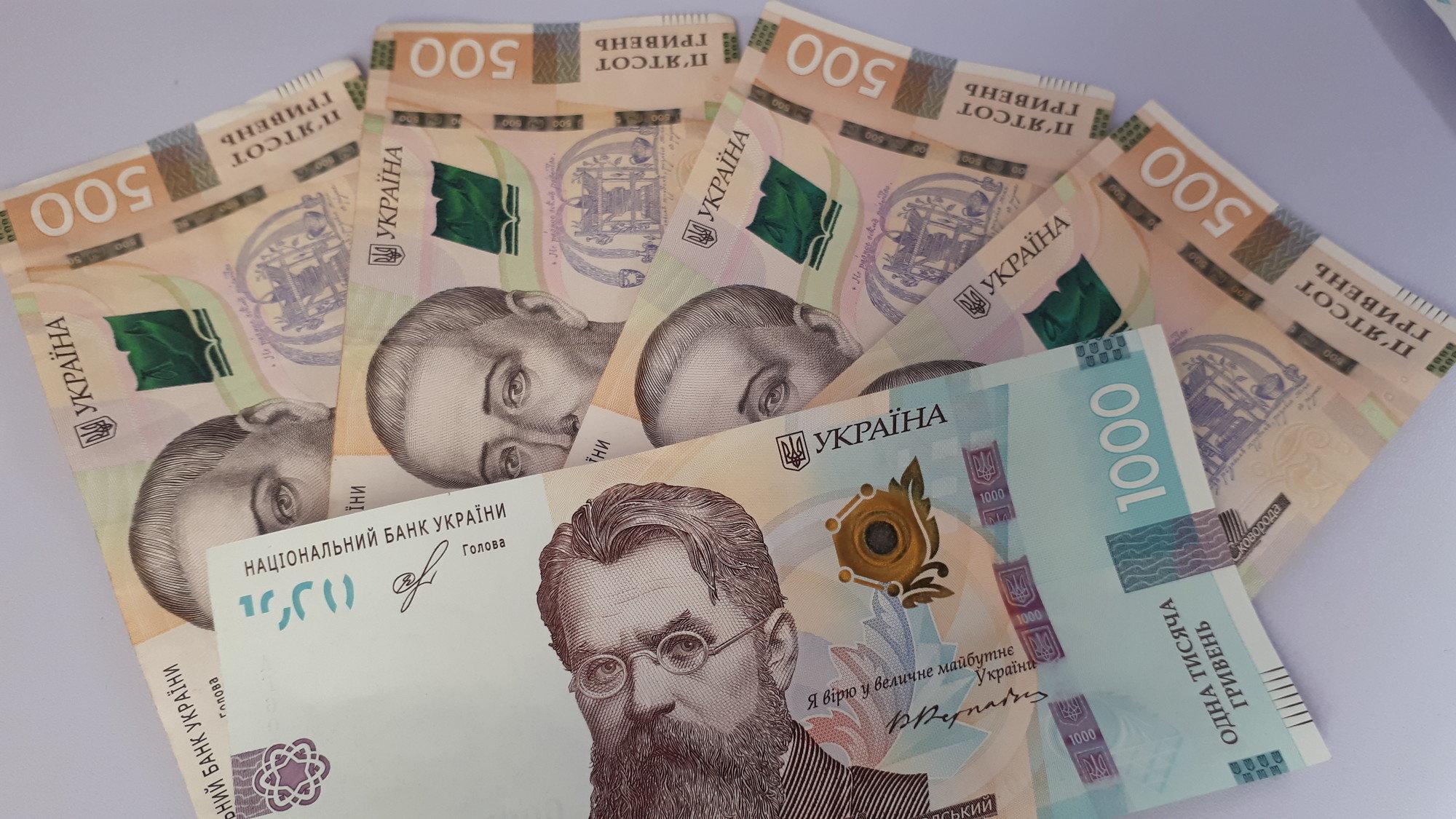 Какие суммы украинцы не спешат нести в банк