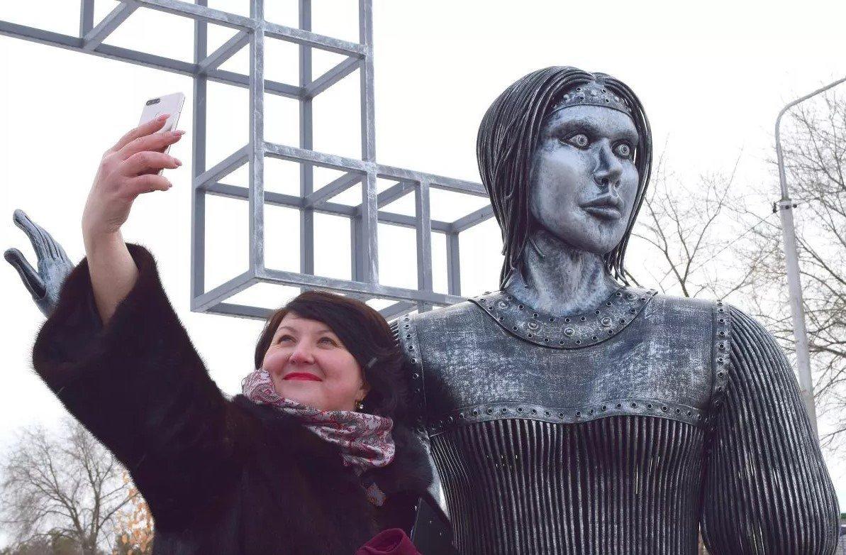 У РФ демонтують пам'ятник страшної Оленки