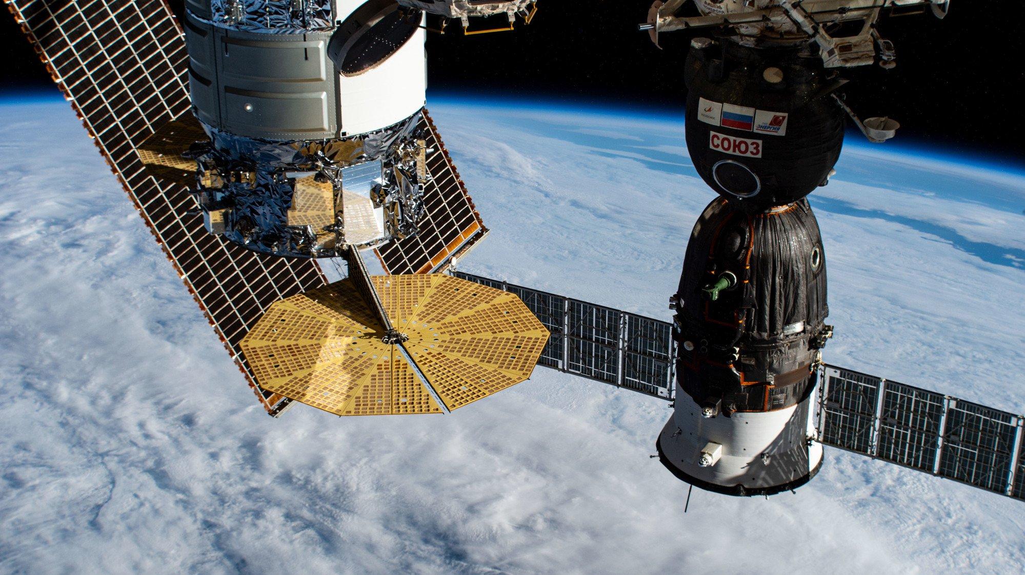 Астронавты NASA поделились едой с русскими коллегами