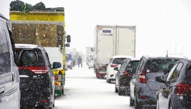 Снежный шторм накрыл почти сотню автомобилей