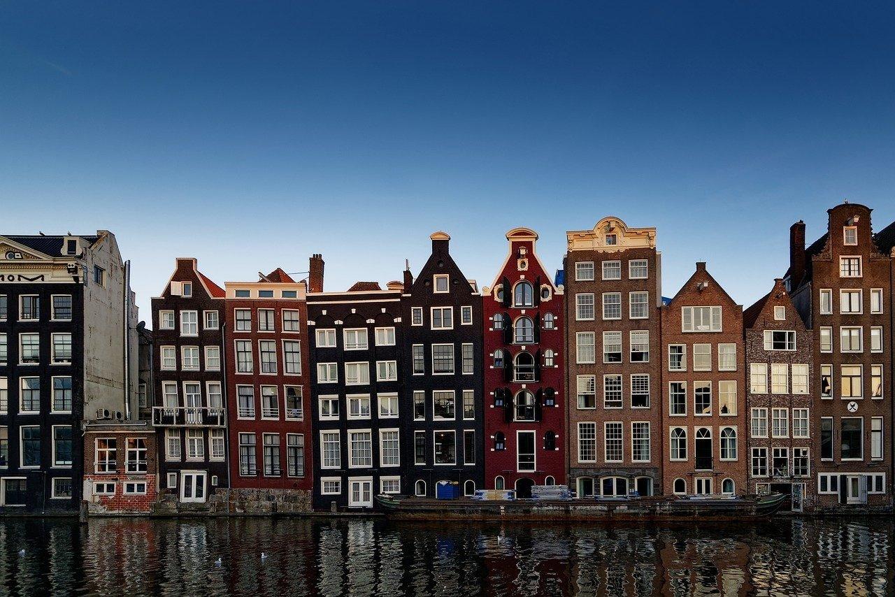 Амстердам решил лишить туристов легких наркотиков