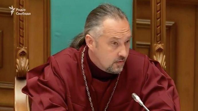 Судья КС хочет эмигрировать из-за давления ОП