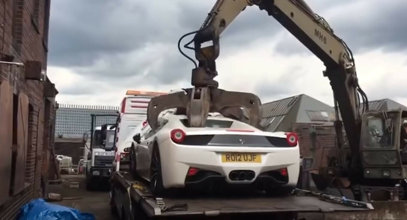 Ferrari за 200 тысяч фунтов отправили под пресс: владелец подал в суд