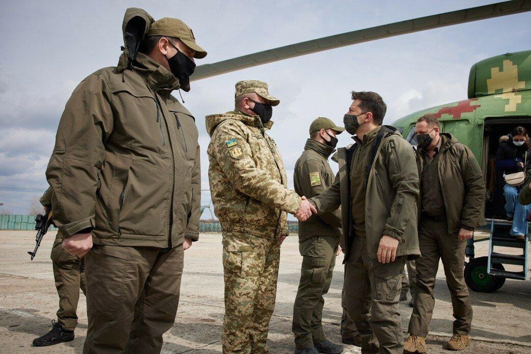 Зеленский вместе с военными поехал в места обострения на Донбассе