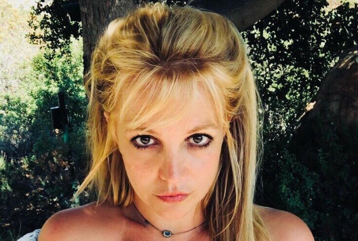 Бритни Спирс примерила обтягивающий комбинезон и призвала радоваться жизни