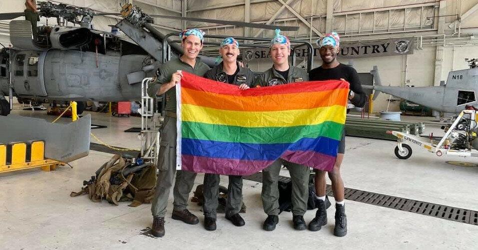 Появилось фото первого в истории гей-экипажа в армии США