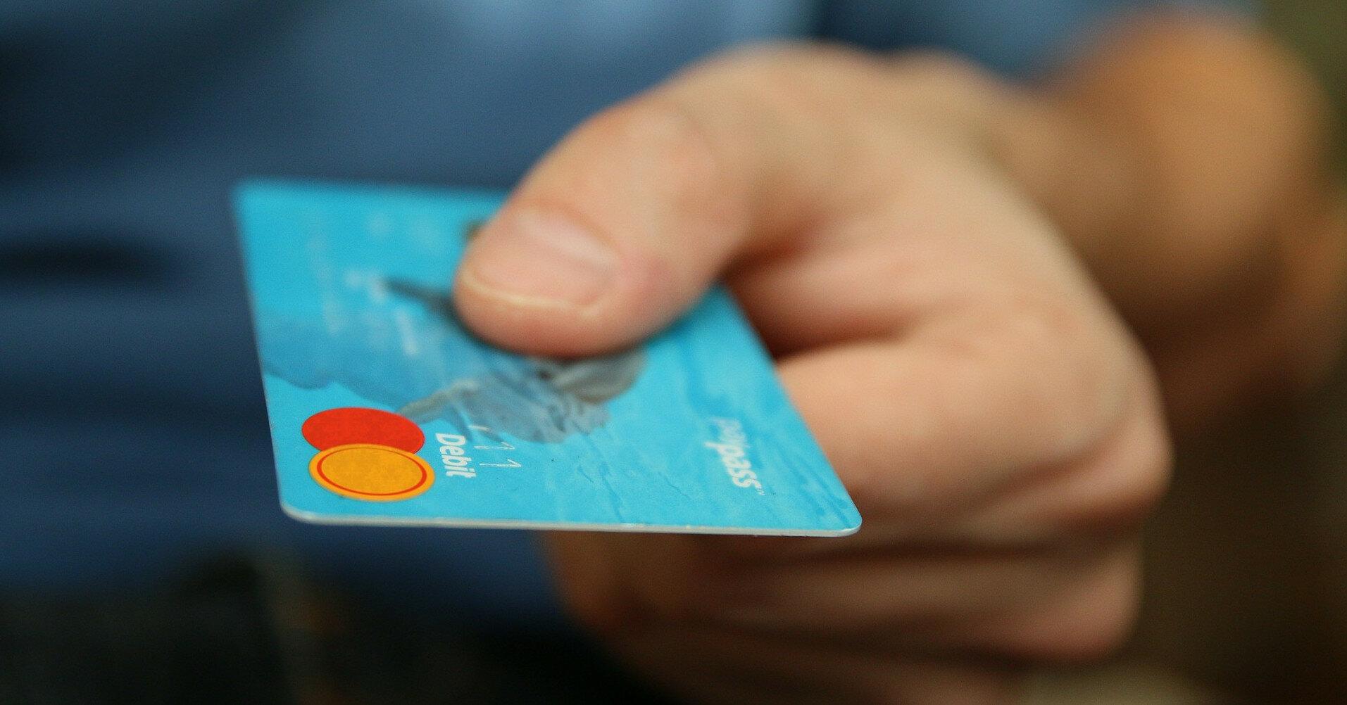 У каждого третьего украинца нет банковской карты