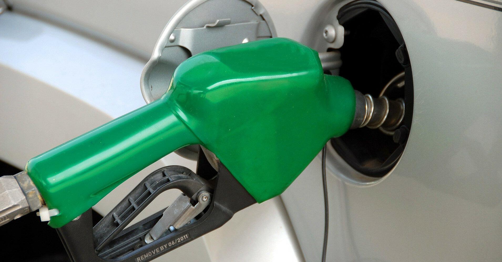 Бензин заметно подешевел на АЗС за неделю