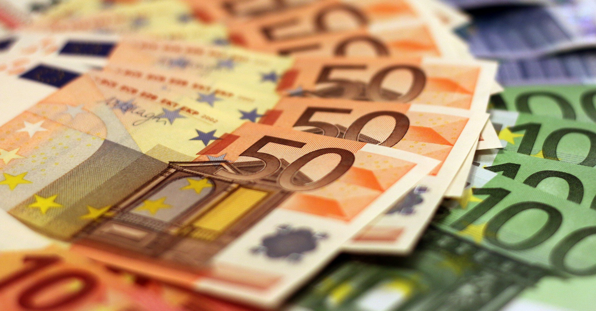 Покупателям недвижимости и туристам рекомендуют скупать евро