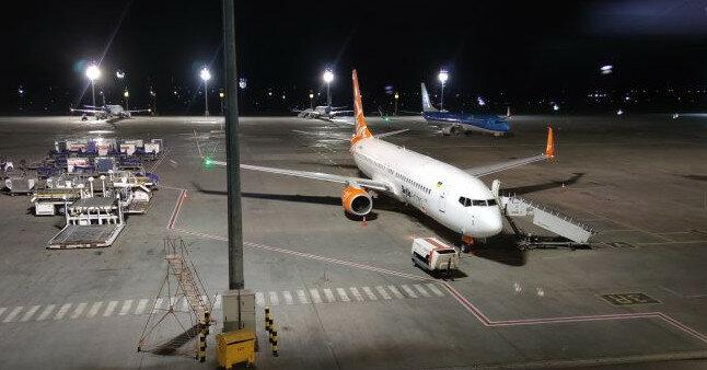 По дорогам Киева провезли самолет (видео)