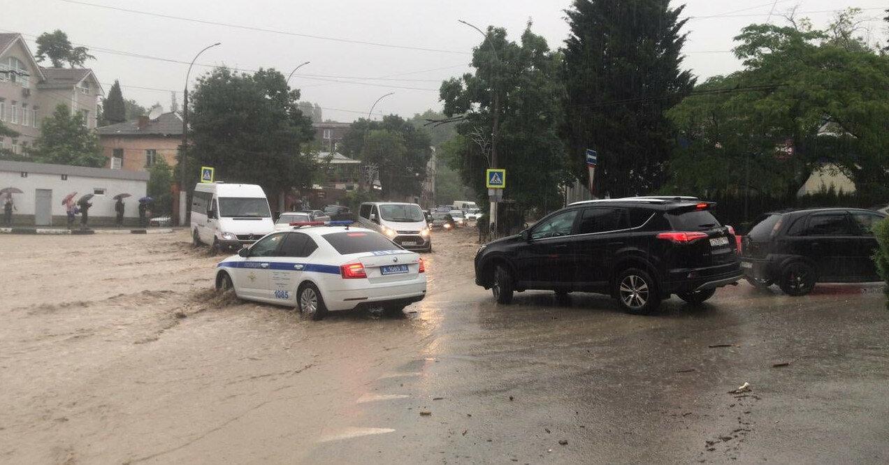 Более 600 эвакуированных и погибший: что происходит в затопленной Ялте