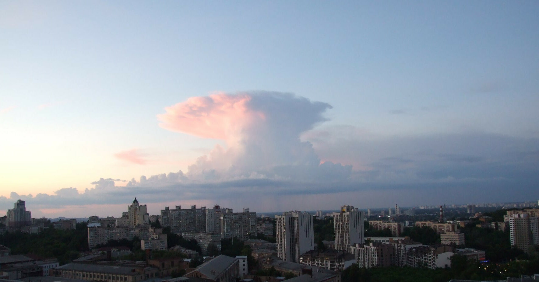 "Над Києвом помітили ""ядерна хмара"": синоптики пояснили явище"