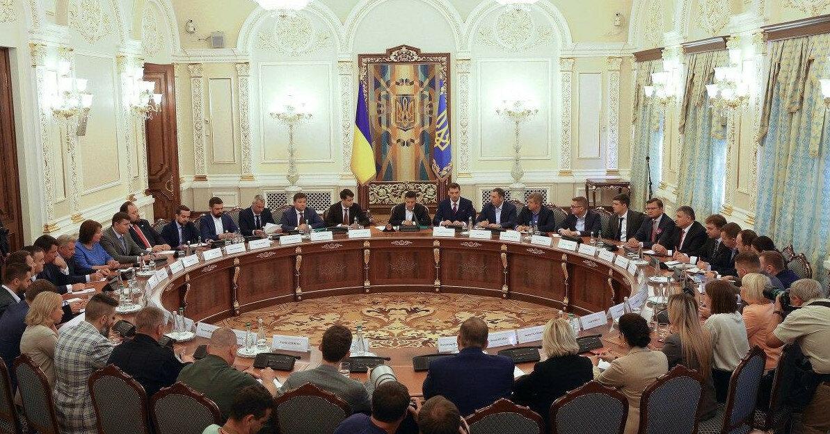 """СНБО ввел санкции против двух двух россиян и 12 """"авторитетов"""""""