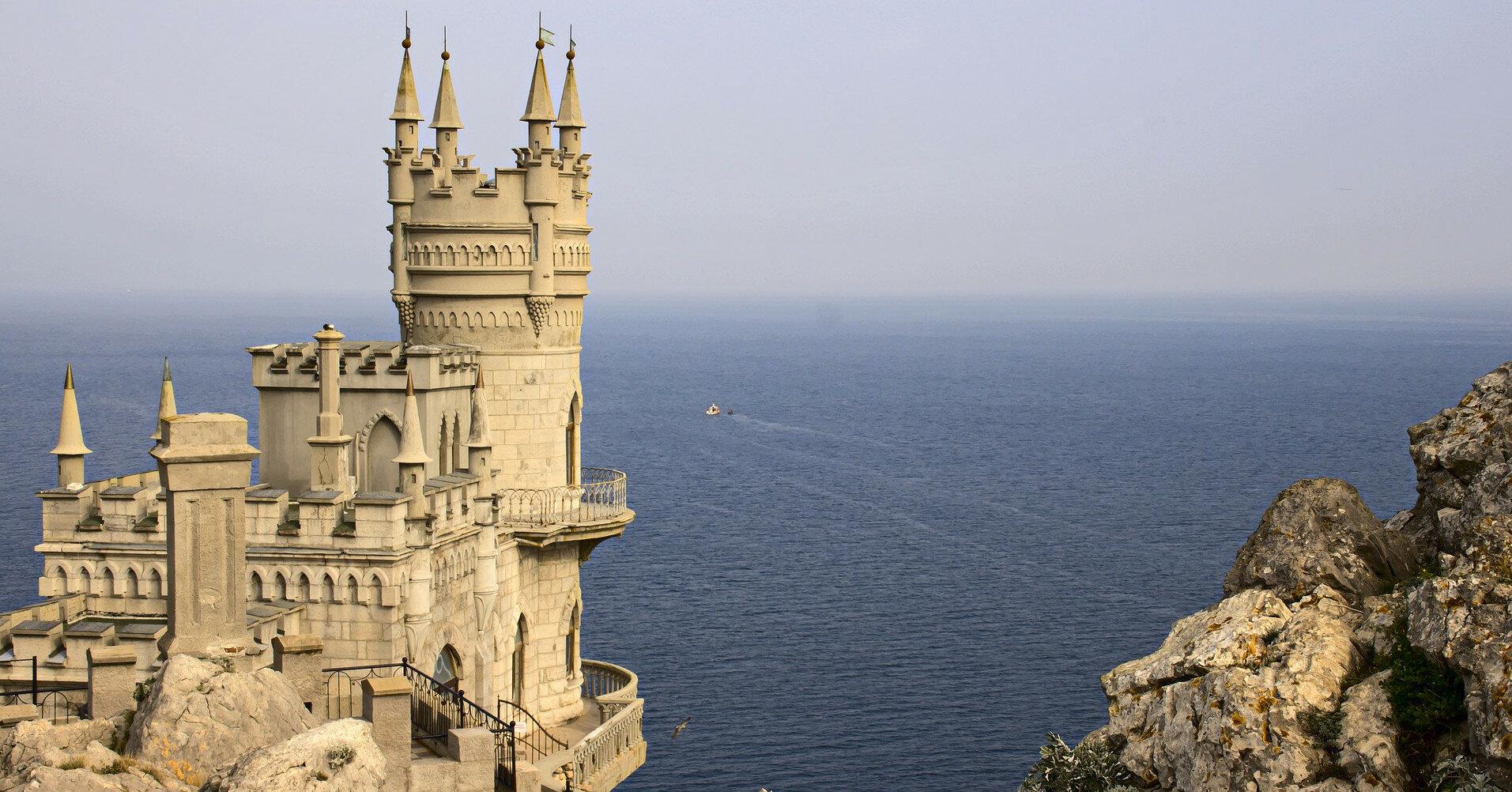 Дамба, которая перекрывает воду к аннексированному Крыму, стала разрушаться