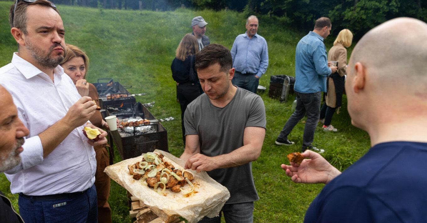 На нарезку салатов поставили Мосийчук: подробности шашлык-пати у Зеленского