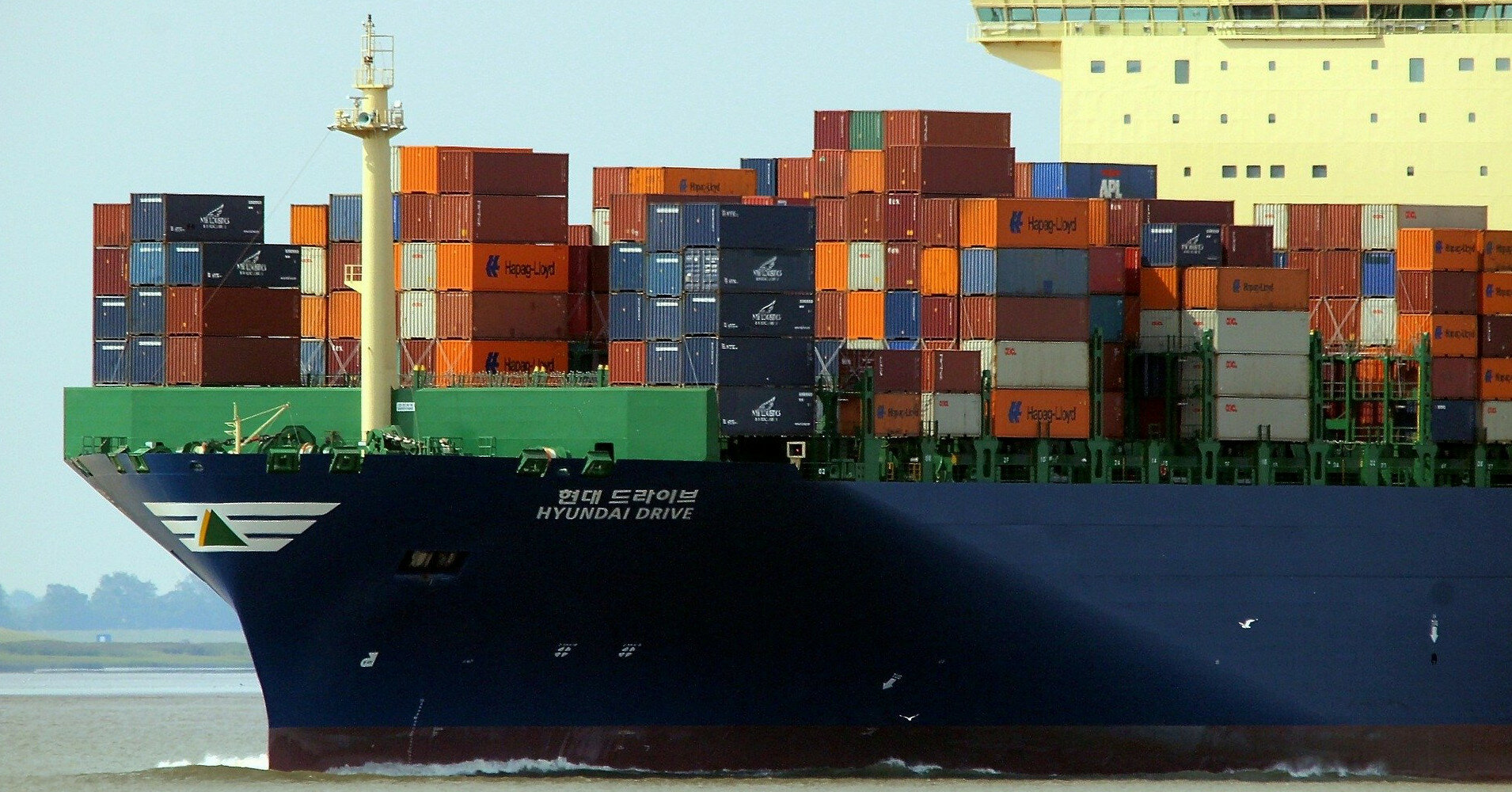 В водах Шри-Ланки снова горит контейнеровоз
