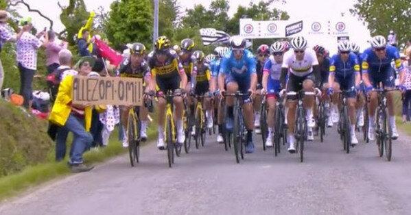 """На """"Тур де Франс"""" случился массовый завал гонщиков (видео)"""