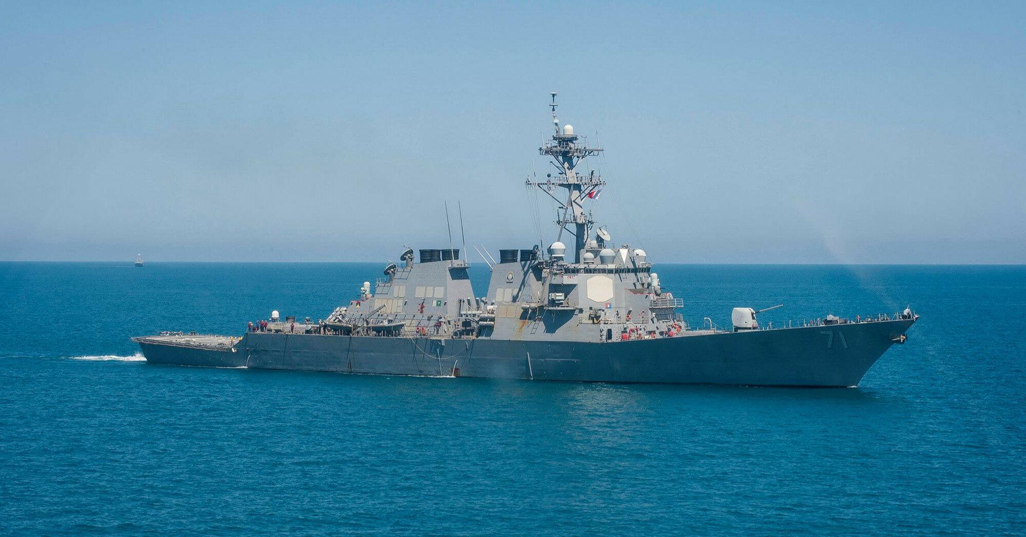Ракетный эсминец США движется в Черное море