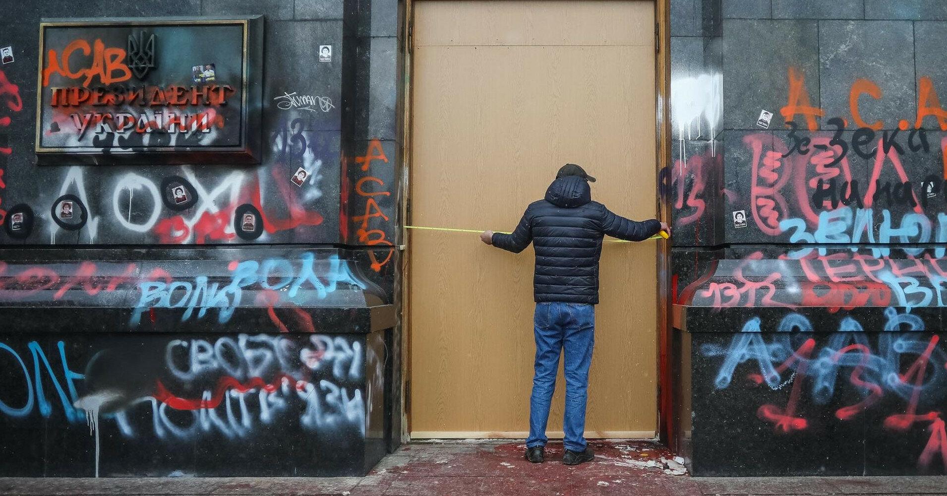 В Офисе президента начали менять двери