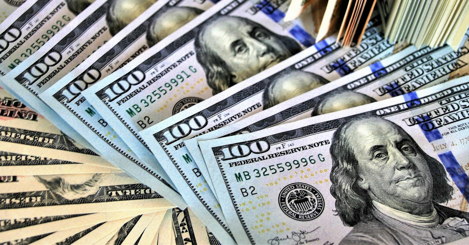 Межбанк: резкое падение доллара вынудило НБУ вмешаться