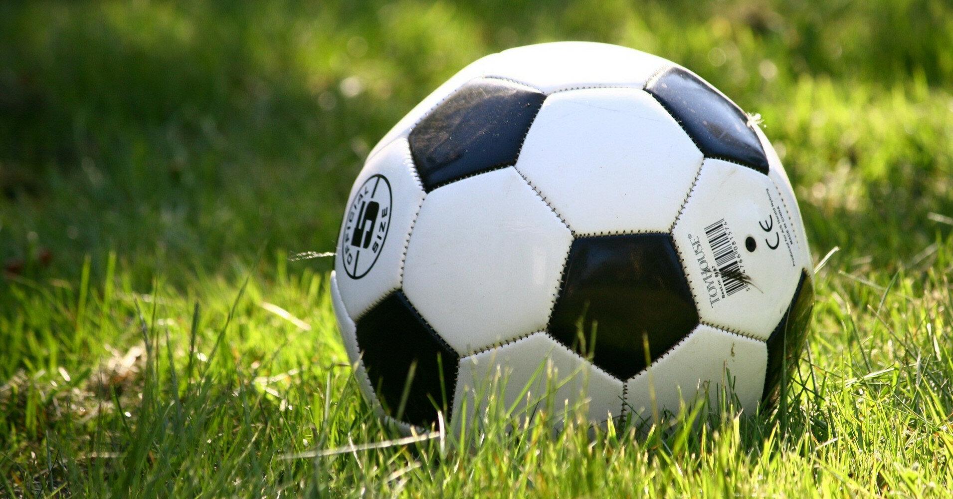 Футболист получил травму, празднуя гол в матче (видео)