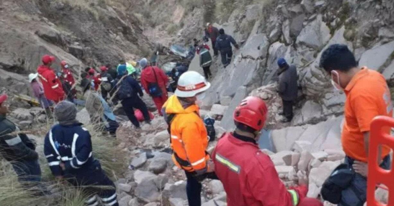В Боливии автобус слетел в ущелье, минимум 31 погибший