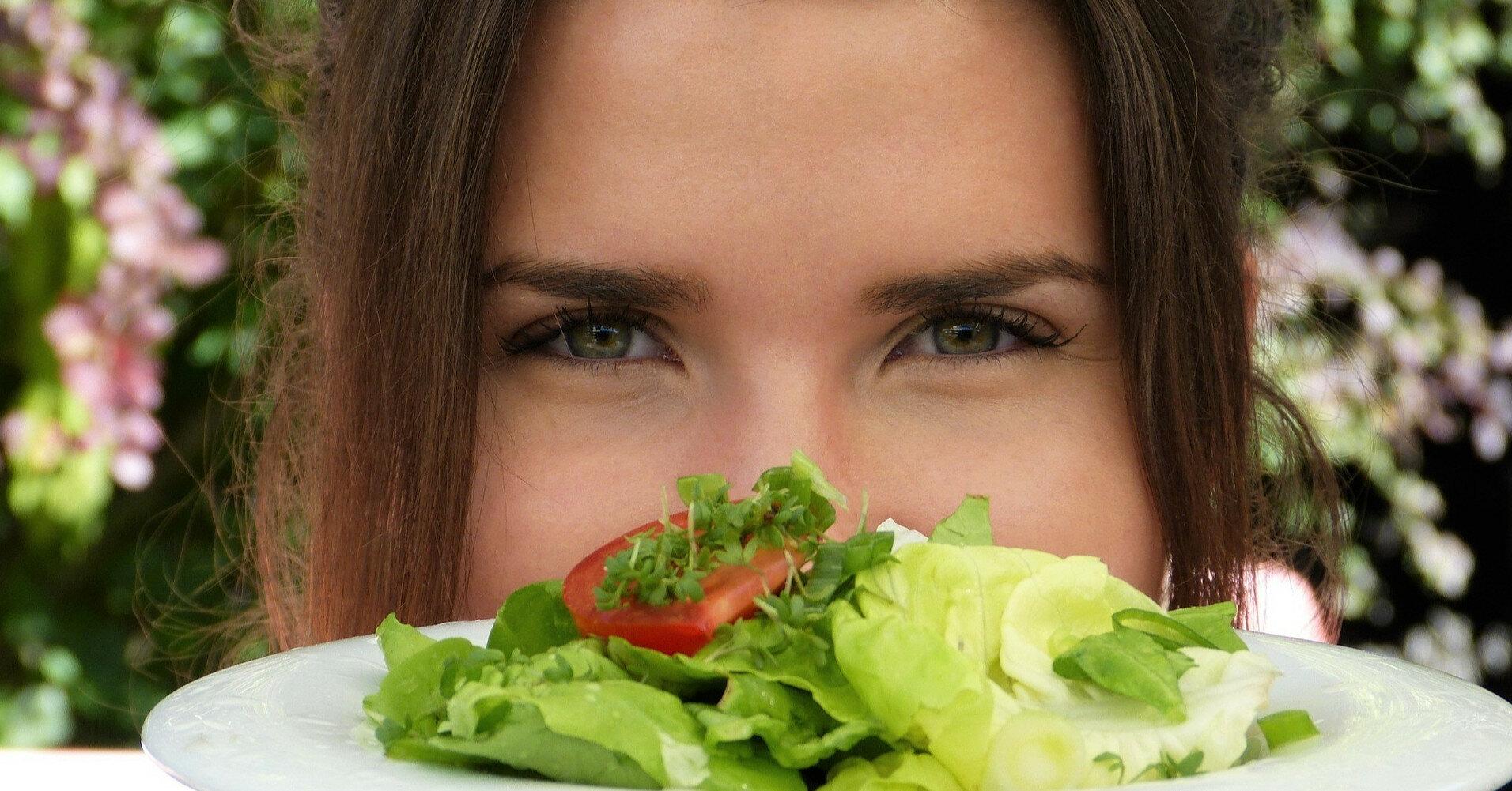 Больше зелени, меньше фруктов: как питаться при отеках