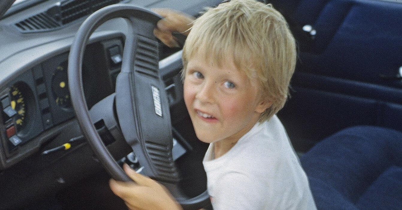 Почему нельзя оставлять детей одних в автомобиле