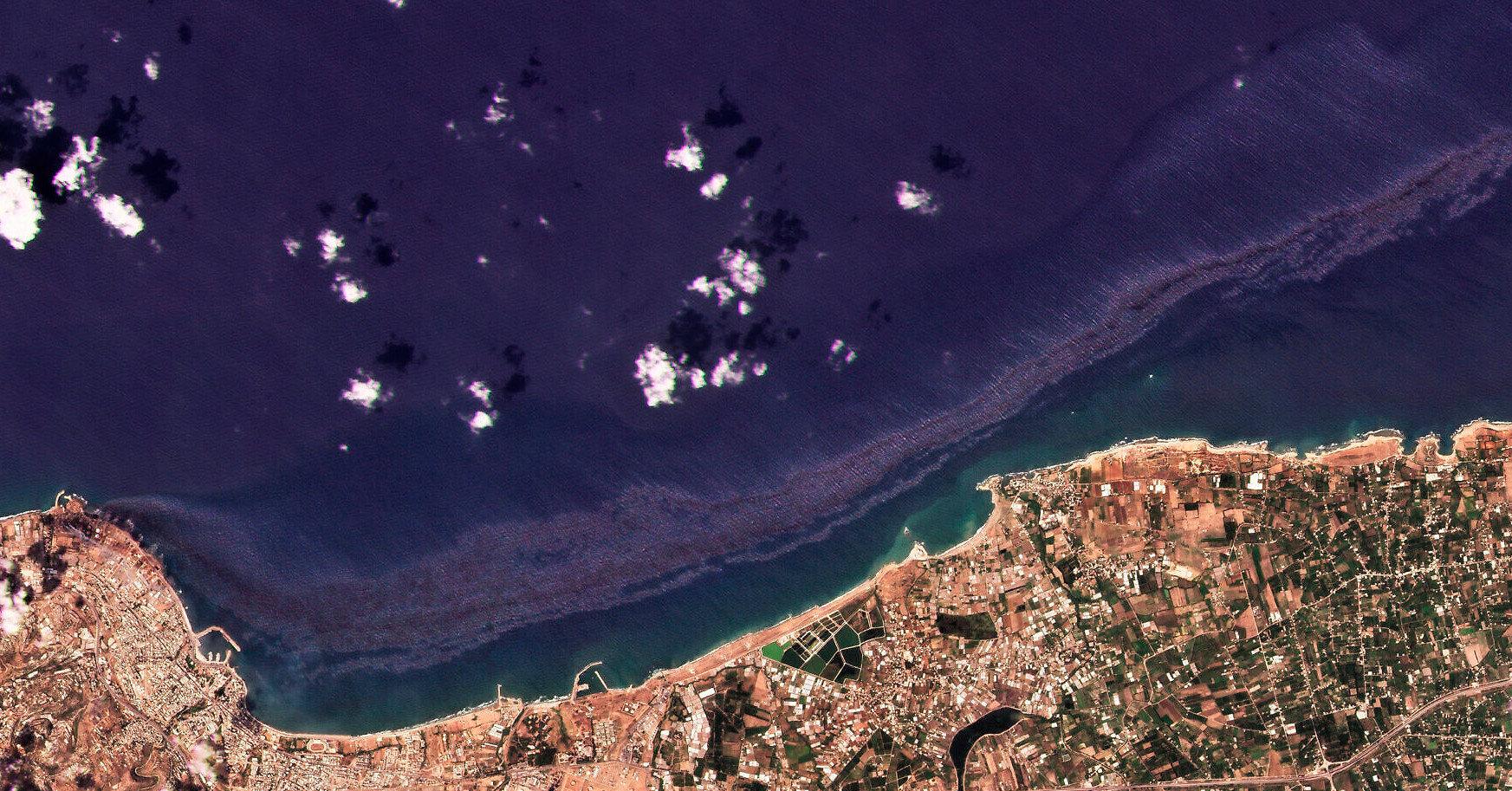 У побережья Сирии тонны нефти попали в море