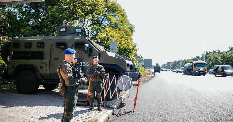 На въездах в Киев установили бронетехнику и блокпосты