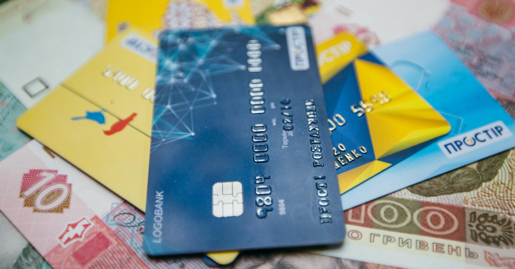 Сколько украинцев откладывают часть зарплаты: опрос
