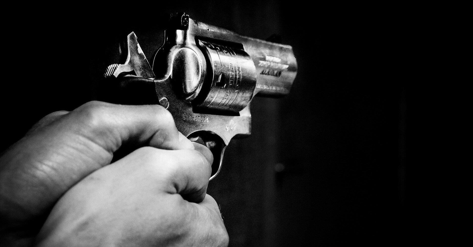 На Луганщине парень стрелял в гулявших во дворе подростков