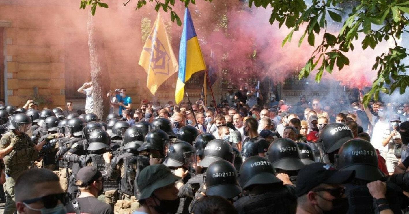 """Столкновение полиции и """"Нацкорпуса"""" на Банковой: открыто уголовное производство"""