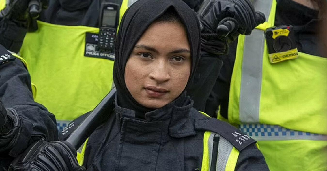 Полицейская-мусульманка, ставшая популярной в Британии, оказалась расисткой