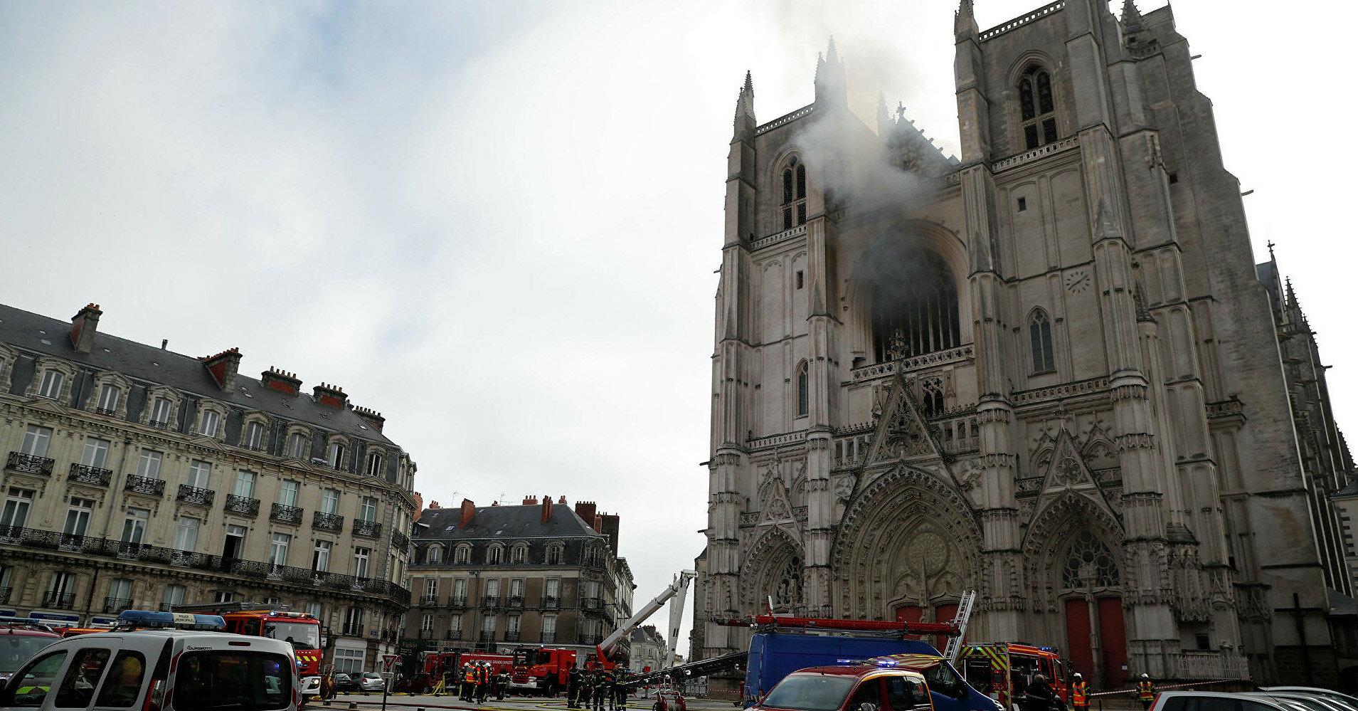 Африканец, подозреваемый в поджоге старинного собора, убил священника